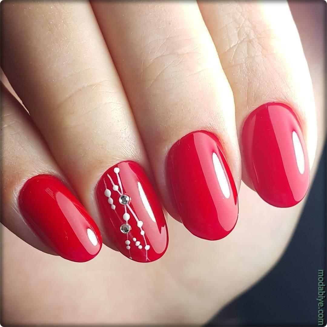 Parlak kırmızı oval tırnak modelleri