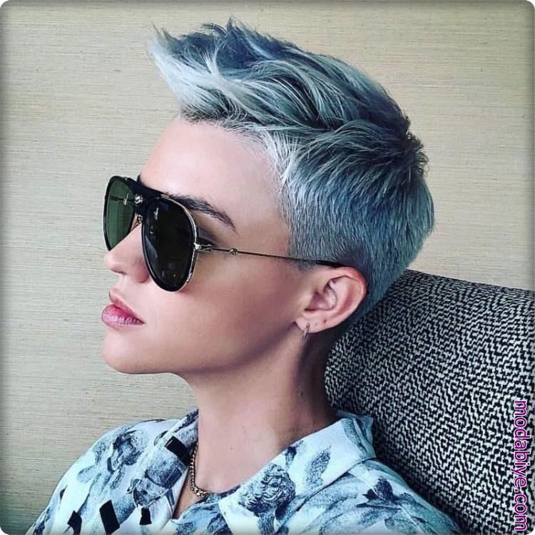 Mavi kadın kısa saç şekilleri