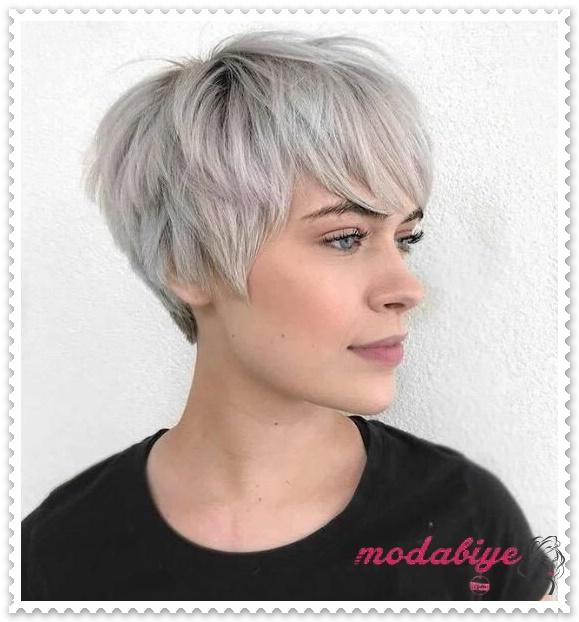 Kül beyazı pixie saç kesimi