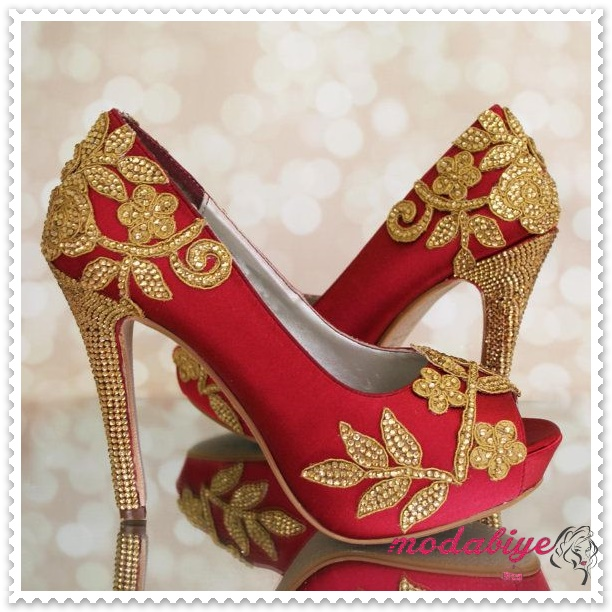 Burnu açık kırmızı topuklu çiçek danelli gelinlik ayakkabısı