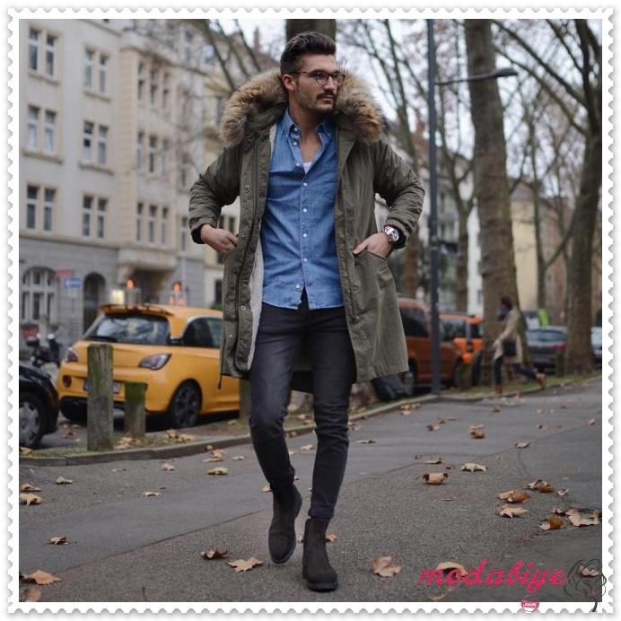 Koyu gri süet çizme ve orman yeişili kışlık mont, mavi gömlek siyah kot pantolon erkek bot kombinleri