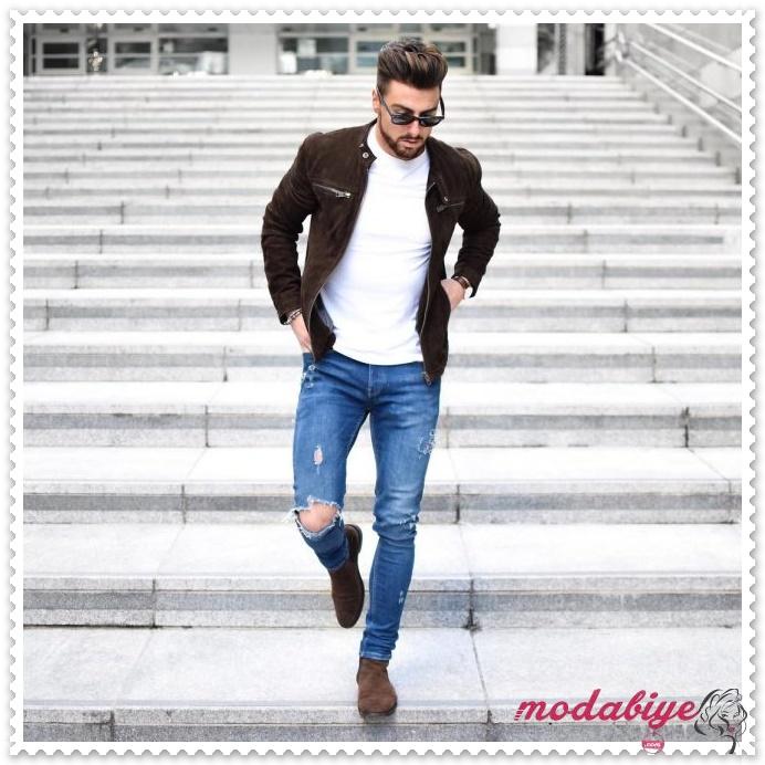 Koyu kahverengi süet çizme ve ve uyumlu bir ceket, bisiklet yaka beyaz kazak ve mavi jean kot pantolon ile erkek bot kombinleri