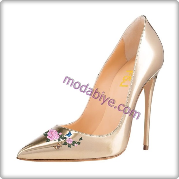 Çiçek desenli açık renk stiletto ayakkabı