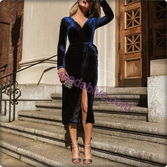Yırtmaçlı mavi kadife elbise kombini