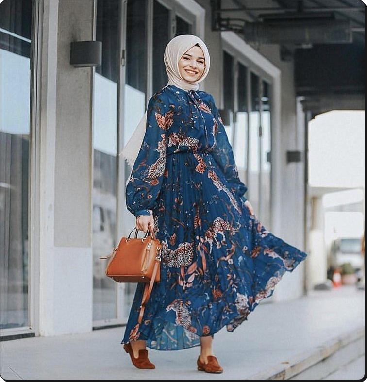 Çiçek desenli mavi tesettür elbise kahverengi çanta ayakkabı beyaz eşarp