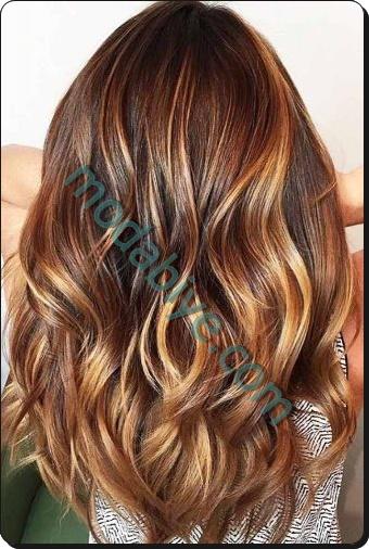 Karamel vurgularla kestane saç rengi