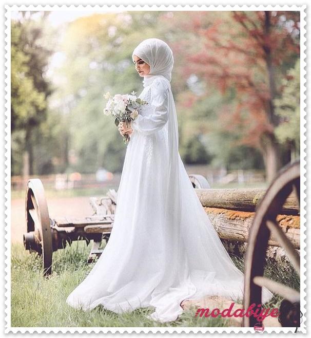 Beyaz dantel detaylı uzun tül çiçek desenli sade tesettür gelinlik modelleri