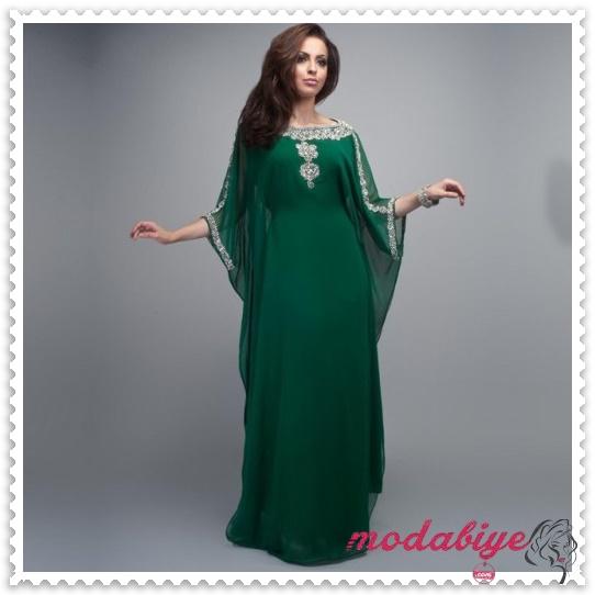 Zümrüt yeşili uzun şık gece elbisesi tesettür ile giyilebilir yeşil abiye modelleri