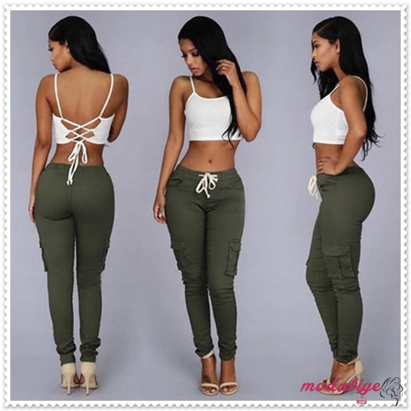 Yan çok cepli haki renk dar kalem ve beyaz büstiyer kombin pantolon modelleri