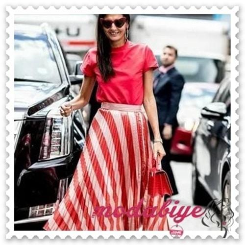Kırmızı çizgili uzun beyaz pileli etek kırmızı çanta kırmızı t-shirt tişört kombinleri