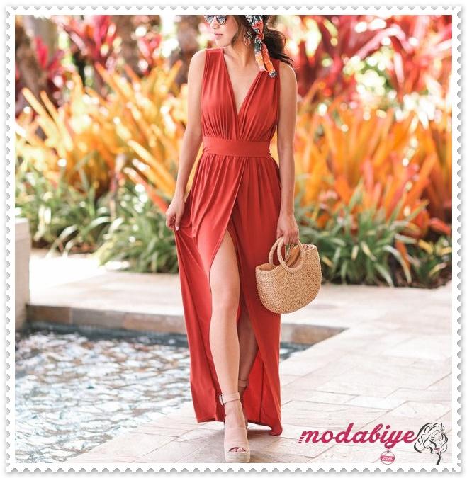 Kırmızı V yaka göğüs dekolteli uzun yırtmaçlı yazlık elbise modelleri