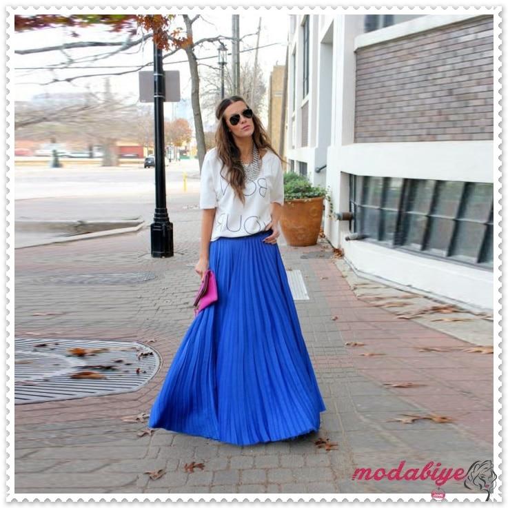 Mavi uzun pileli etek beyaz bluz pembe çanta sokak stili bohem tarz