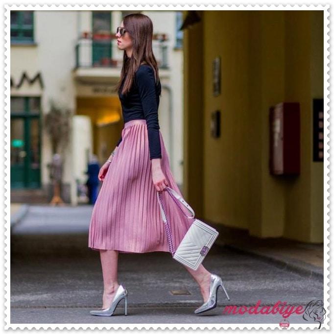 Pembe pileli etek siyah ince uzun kollu sweatshirt gri çanta gri stiletto ayakkabı kombin