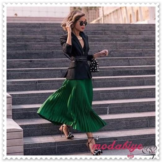 Uzun zümrük yeşili pileli etek benekli siyah çanta kombin